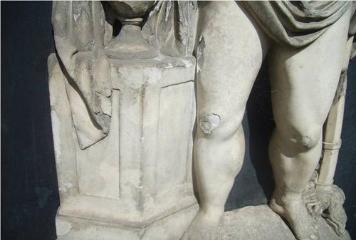 Первичная и вторичная гипсовые корки, их отслаивание вместе с мрамором