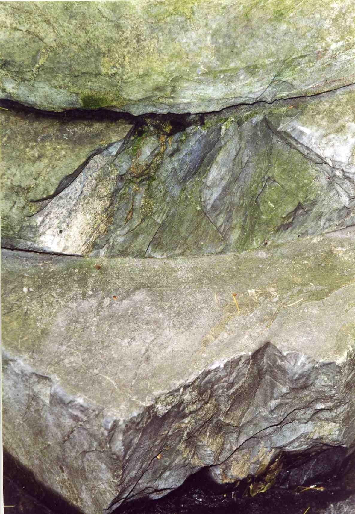 Нижняя часть полуколонны. Южная сторона. Видны выбоины и сколы неизвестного происхождения. Фото ноября 2003 г.