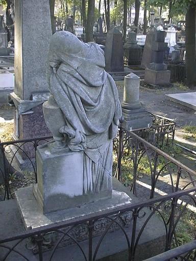 Скульптура плакальщицы. Северная сторона. Видны налеты биологического происхождения. Фото июля 2002 г.