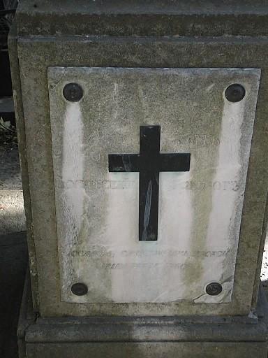 Мемориальная плита из белого, мелко-, среднезернистого мрамора. Видны налеты биологического происхождения, отшелушивание. Фото июля 2002 г.