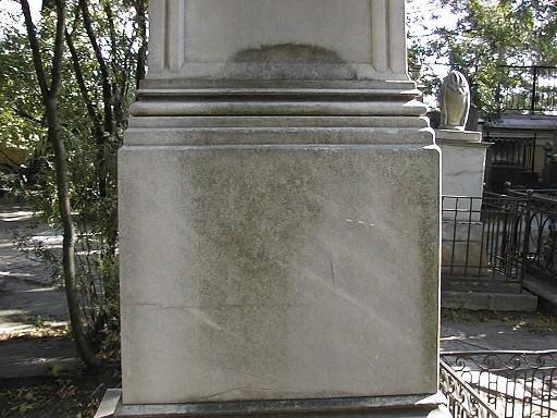 Фрагмент обелиска-стелы из белого, мелко-, среднезернистого мрамора. Видны налеты биологического  происхождения, отшелушивание. Фото июля 2002 г.