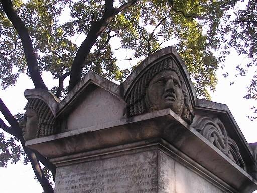 Верхняя часть жертвенника. Видны налеты биологического происхождения на масках акротериев. Фото июля 2002 г.
