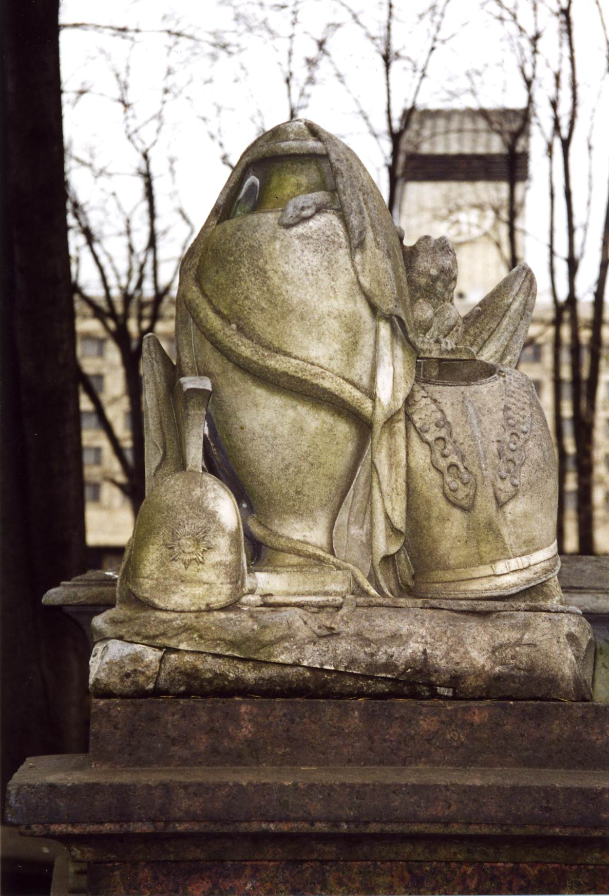 Скульптурная композиция из белого, мелко-, среднезернистого мрамора. Южная сторона. Виден налет из атмосферных грязевых отложений и налетов биологического происхождения.  Фото ноября 2003 г.