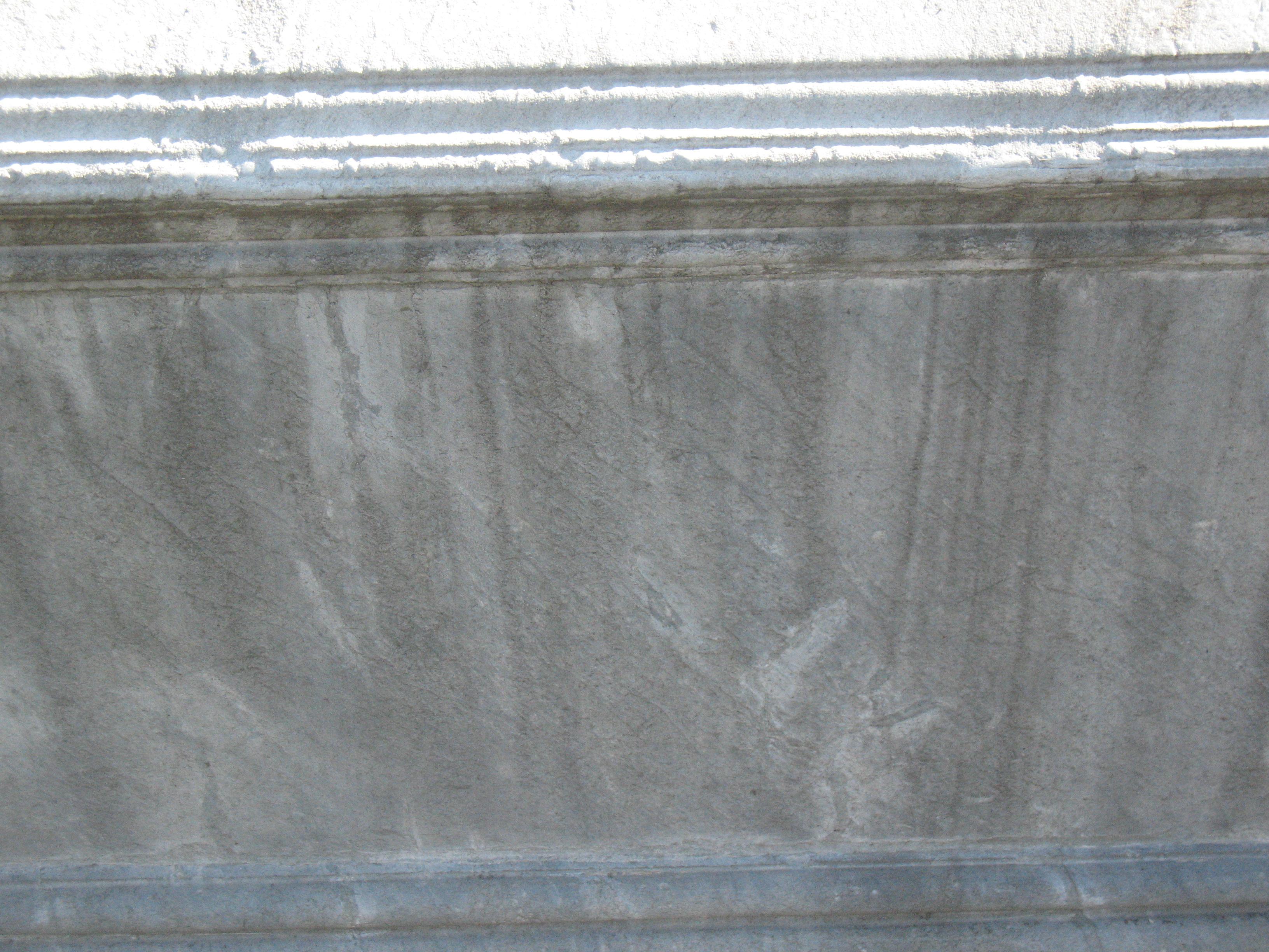 Отшелушивание и атмосферные грязевые отложения на сером мраморе