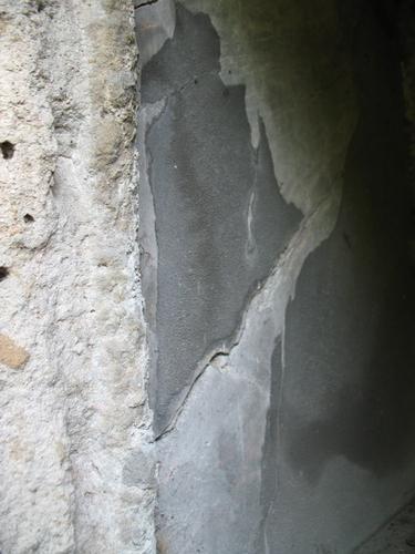 Образование гипсовой корки на поверхности розового мрамора (внутреннее пространство эдикула)