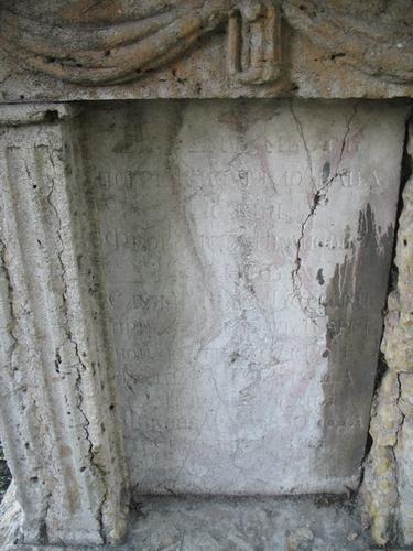 Образование гипсовой корки на поверхности розового мрамора. Наружная сторона плиты.