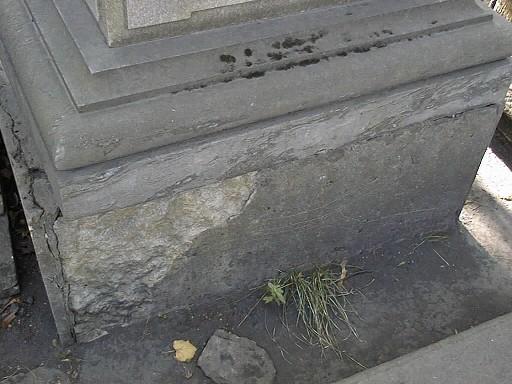 Основание из плит желто-оранжевого Путиловского известняка. Видно отслаивание г/п.