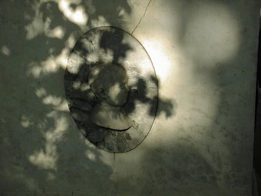 Южная плита из светло-серого, неоднородного, брекчиевидного мрамора с белыми прожилками. Фото июля 2002 г.