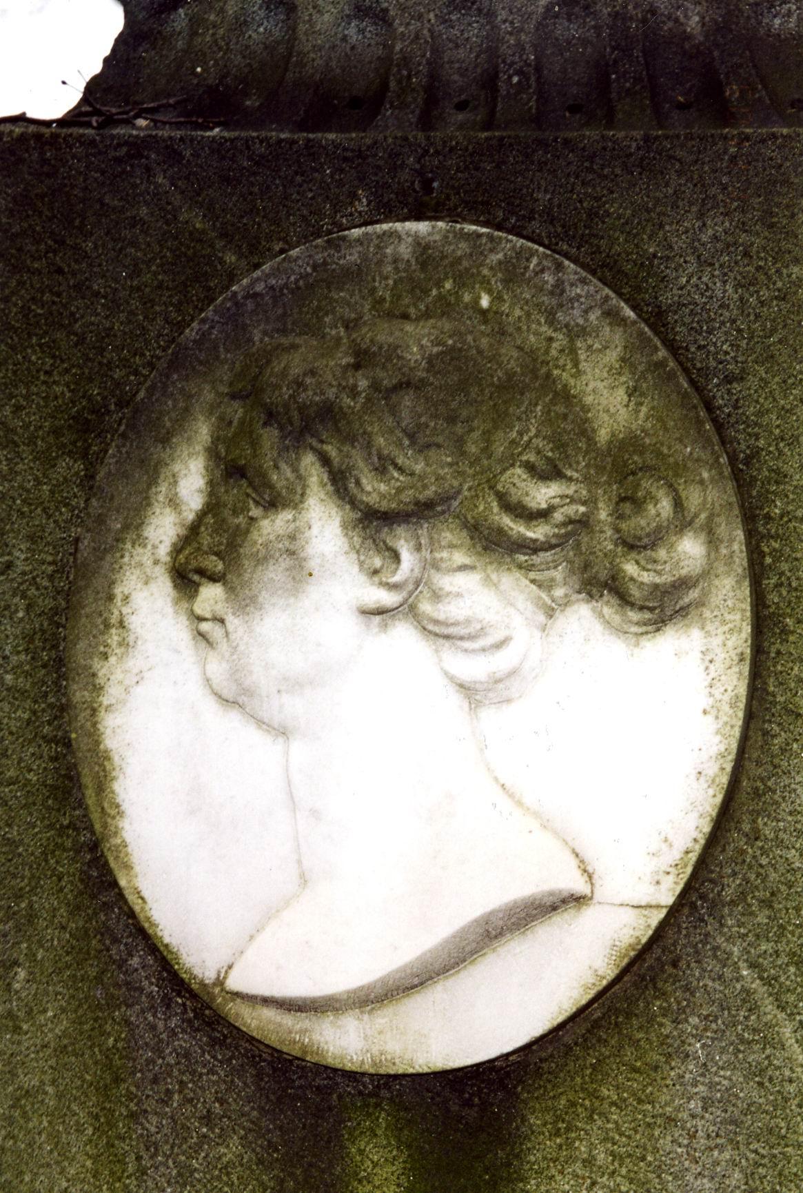 Западный портретный медальон из белого, мелко-, среднезернистого мрамора. Видны колонии водорослей. Фото ноября 2003 г.