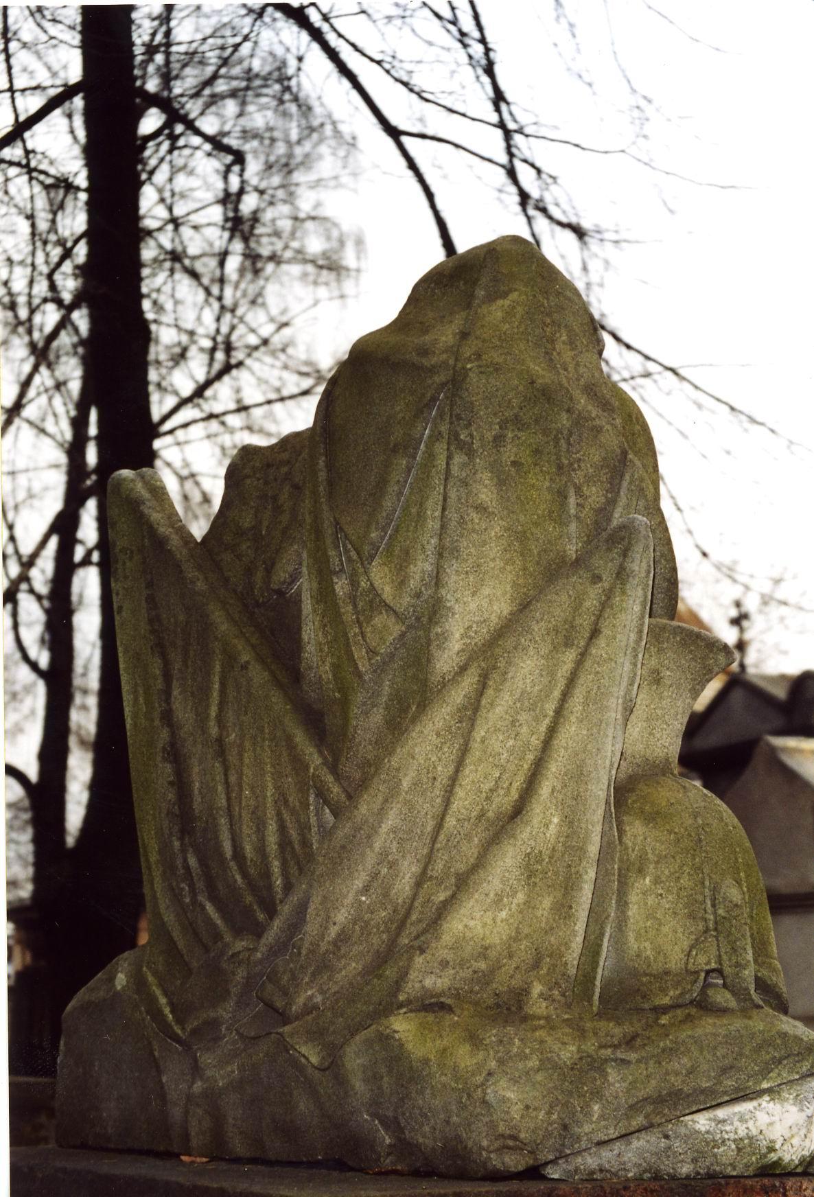 Скульптурная композиция. Северная сторона. Виден сплошной налет из атмосферных грязевых отложений и налетов биологического происхождения.  Фото ноября 2003 г.