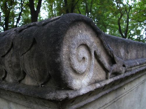 Отшелушивание, выкрашивание, биологические и грязевые наслоения на крыше саркофага из белого однородного мрамора. Северная сторона саркофага. Сентябрь 2011.