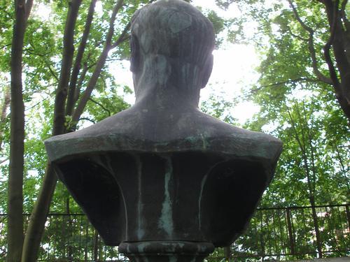 Полосы голубовато-серой патины в нижней части бюста с северной стороны. Пятна голубовато-серой патины на голове.