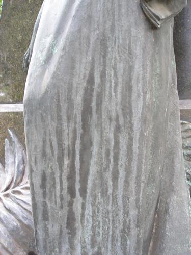 Потеки серой патины на лицевой стороне памятника.