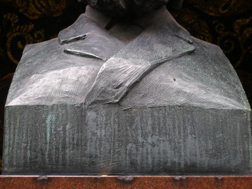 Серые потеки патины с южной стороны памятника.