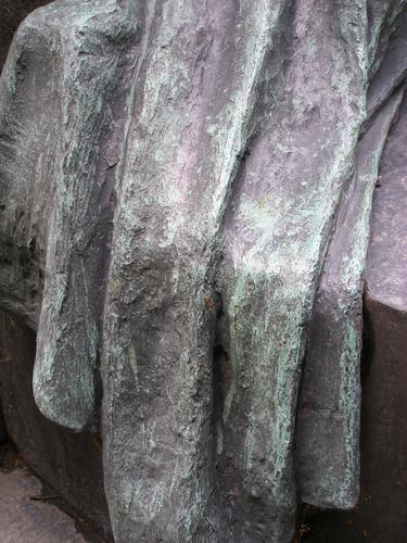 Изменение фактуры поверхности в складках одежды плакальщицы.
