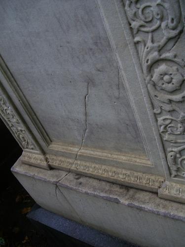 Трещины и выкращивание на саркофаге из белого однородного мрамора. Северная сторона саркофага. Сентябрь 2011.