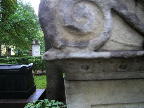 Выкрвшивание на углу саркофага из белого однородного мрамора. Южная сторона саркофага. Сентябь 2011.