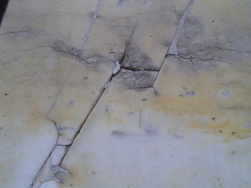Глубокие трещины на саркофаге из белого однородного мрамора. Южная сторона. Май 2011.