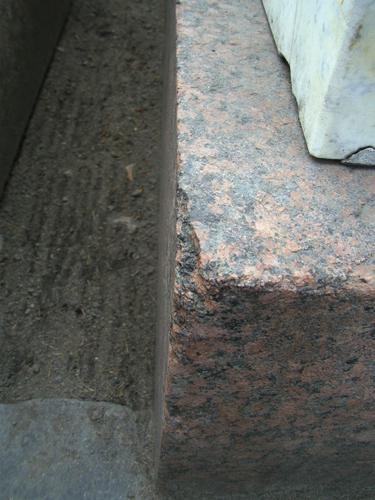 Скол неизвестного происхождения на основании из красного средне-крупнозернистого, порфировидного гранита. Южная сторона. Май 2011.