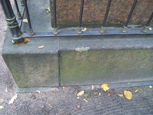 Биологические наслоения с восточной стороны на цоколе памятника. Сентябрь 2009г.