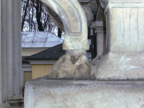 Отшелушивание на поверхности памятника. Ножка саркофага. Западная сторона. Май 2010 г.