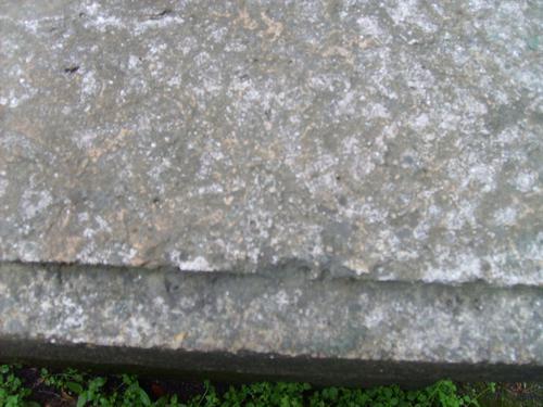 Огрубление поверхности из-за выветривания,  грязевые отложения, биологический налет( грибы, лишайники).