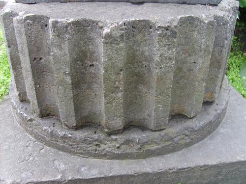 Огрубление поверхности, углубления и впадины из-за выветривания, биологический налет (водоросли, грибы), атмосферные грязевые наслоения на плитчатом известняке.