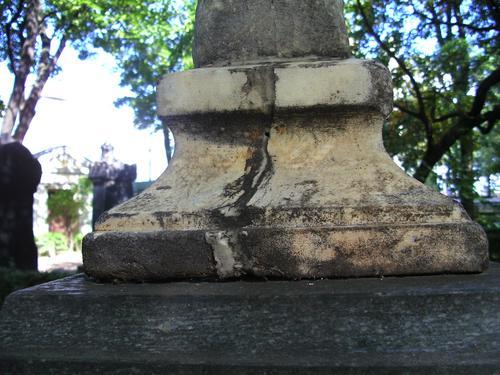 Трещина и огрубление поверхности на кресте из белого мрамора. Северо- восточная сторона креста. Май 2011