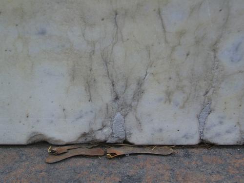 Трещины и следы замазки на саркофаге из белого однородного мрамора. Южная сторона саркофага. Май 2011 .