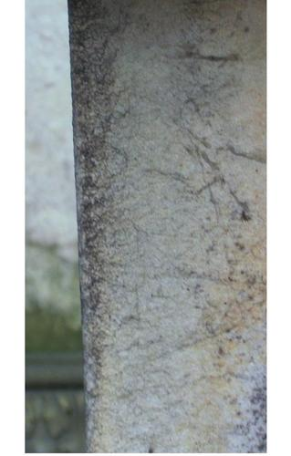 Начало образования первичной гипсовой корки на углах колонны. Западная сторона. Май 2010 г.