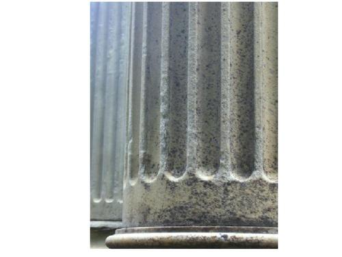 Огрубление поверхности из-за выкрашивания на поверхности колонны из белого мрамора. Северная сторона. Май 2010 г.