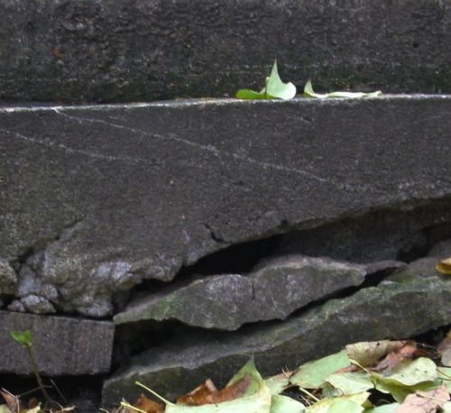 Глубокая трещина на основании памятника. Южная сторона. Май 2010 г.