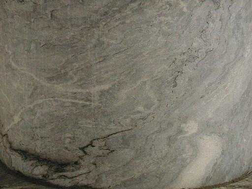 Трещины на полуколонне из серого мрамора.