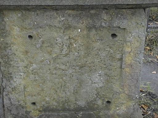 Южная сторона постамента. Видно отслаивание г/п, развитие микрокарста. Фото июля 2002 г.