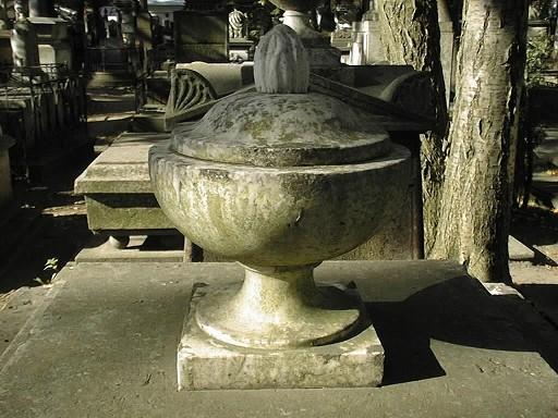 Ваза-светильник с пламенем из белого мелко-, среднезернистого мрамора. Видны налеты биологического происхождения. Фото июля 2002 г.
