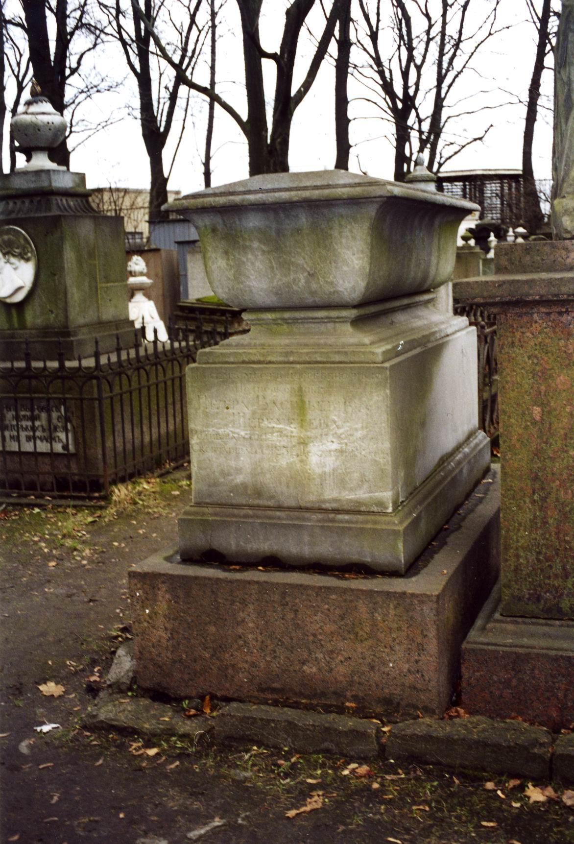 Юго-западная сторона памятника. Видны налеты из атмосферных грязевых отложений и налетов биологического происхождения. Фото ноября 2003 г.