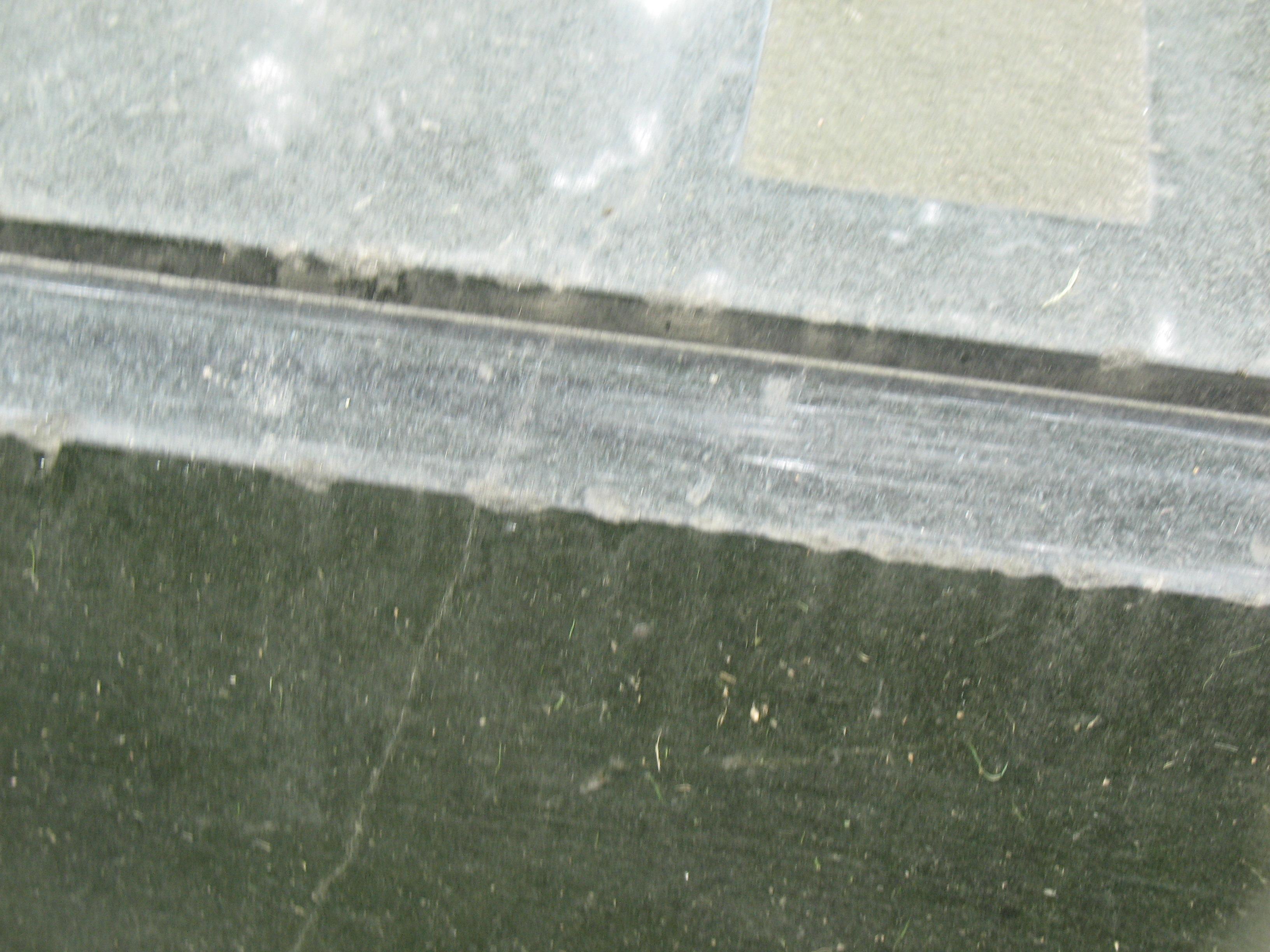 Отшелушивание и огрубление поверхности на сером граните