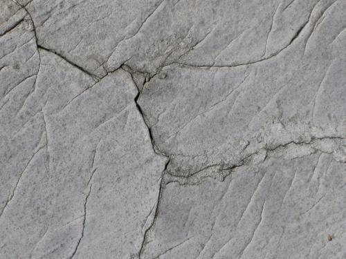 Трещины на постаменте (южная сторона)