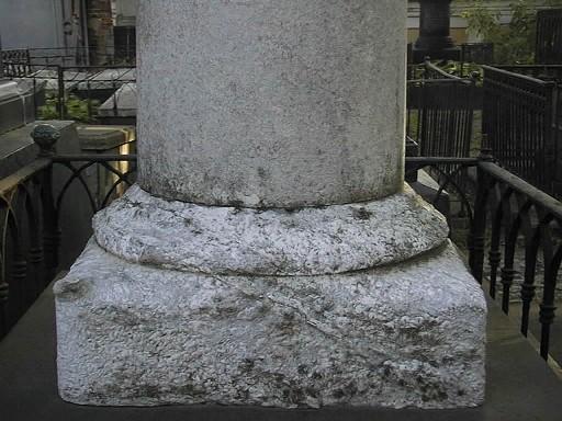Подставка для стелы из белого, однородного, крупнозернистого мрамора. Видно сильно проявленное выкрашивание. Фото июля 2002 г.