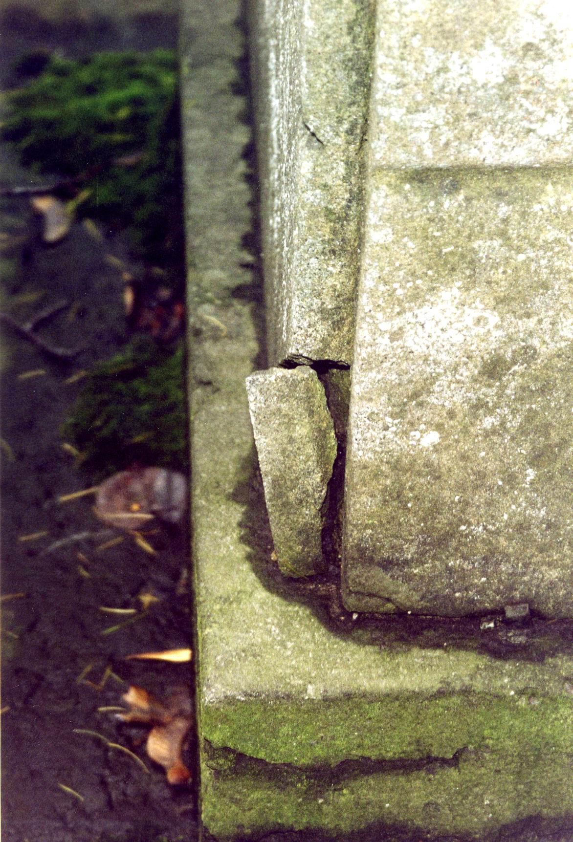 Фрагмент постамента из путиловского известняка. Видна трещина, приводящая к расколу г/п. Фото ноября 2003 г.