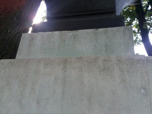 Зелёно-голубые потёки от бронзы на белом мелко-среднезернистом однородном мраморе. Южная сторона постамента. Сентябрь 2011.