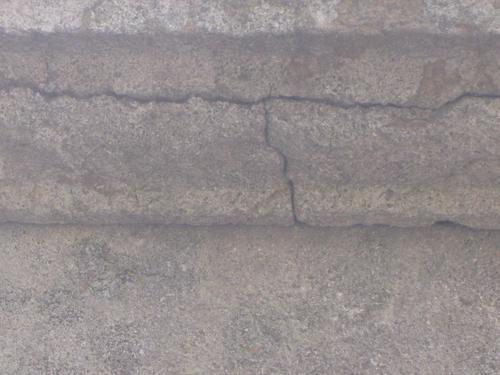 Трещина на постаменте (южная сторона)