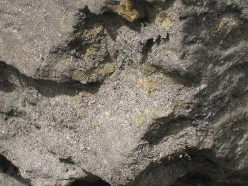 Выбоина неизвестного происхождения на основании (восточная сторона)