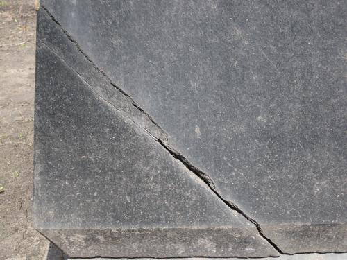 Трещина на постаменте (западная сторона)