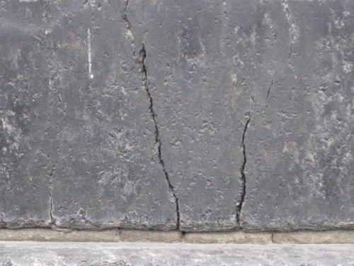 Трещина на постаменте (восточная сторона)