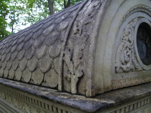 Выкрашивание и грязевые наслоения на крыше саркофага из белого мрамора. Юго-восточная сторона саркофага. Сентябрь 2011.