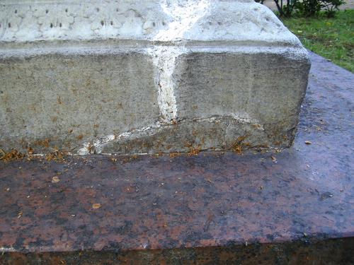 Трещина, следы замаски и огрубление поверхности на постаменте из белого однородного мрамора. Восточная сторона постамента. Май 2011.