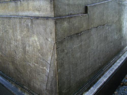 Трещина и грязевые наслоения на основании из  белого однородного мрамора. Юго-западый угол основания. Сентябрь 2011.