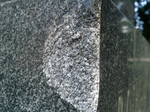Скол неизвестного происхождения на сером граните. Северо-восточная сторона. Май 2011 г.