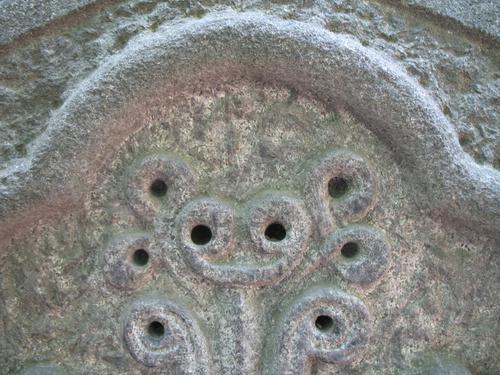 Загрязнения в углублениях на поверхности камня (южная сторона).